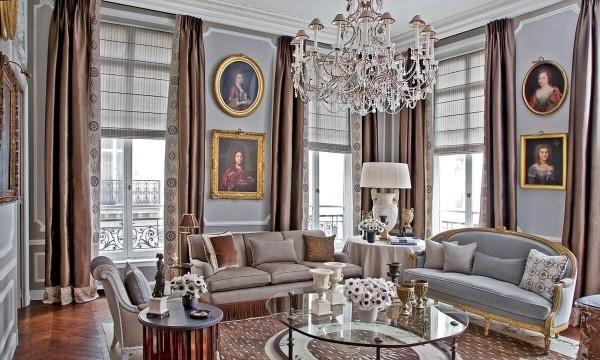 французский стиль в интерьере гостиной пепельный цвет и коричневые портьеры