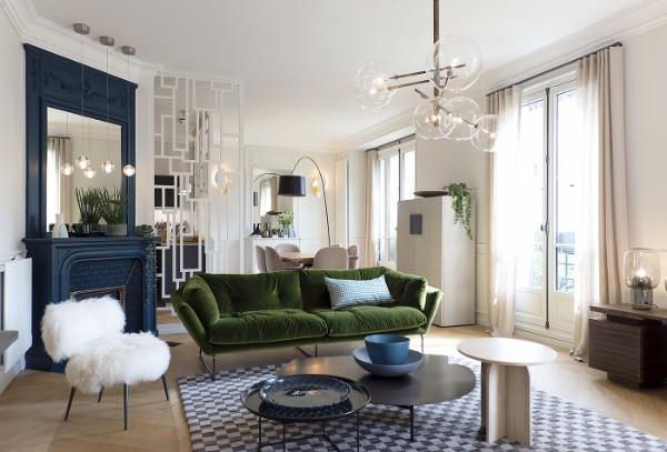 гостиная с камином синего цвета во французском стиле