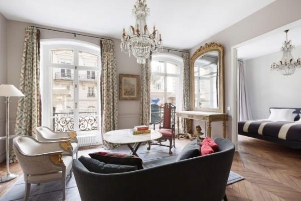 гостиная со стеклянной люстрой во французском стиле