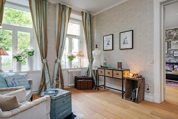 гостиная во французском стиле коричнево-голубые портьеры