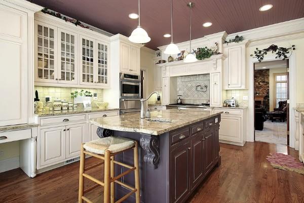интересный дизайн кухни во французском стиле с бордовым потолком