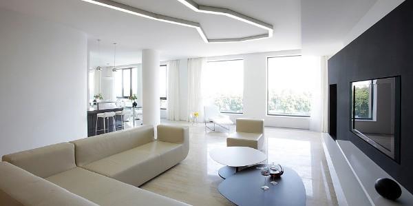 интерьер просторной гостиной в стиле минимализм