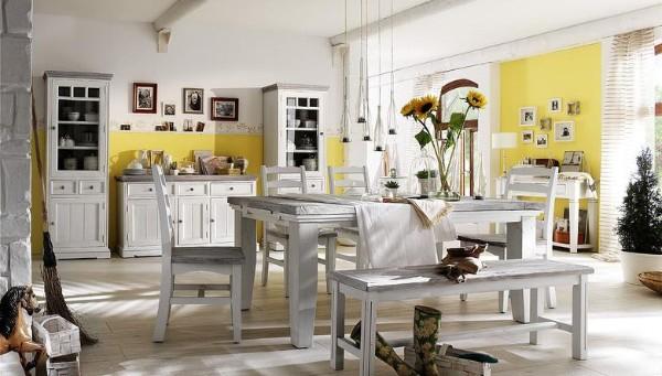 кухня бело-жёлтого цвета с грубыми балками во французском стиле