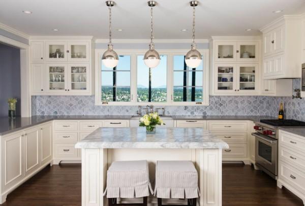 кухня белого цвета с голубым фартуком во французском стиле