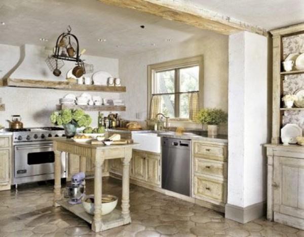 кухня серого цвета с грубыми балками во французском стиле