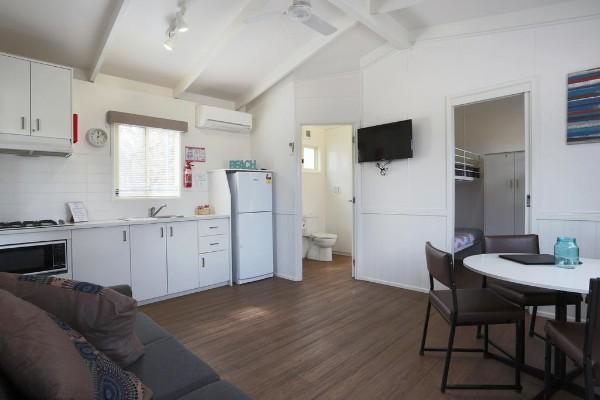 кухня студия с гостиной светлый дизайн интерьера