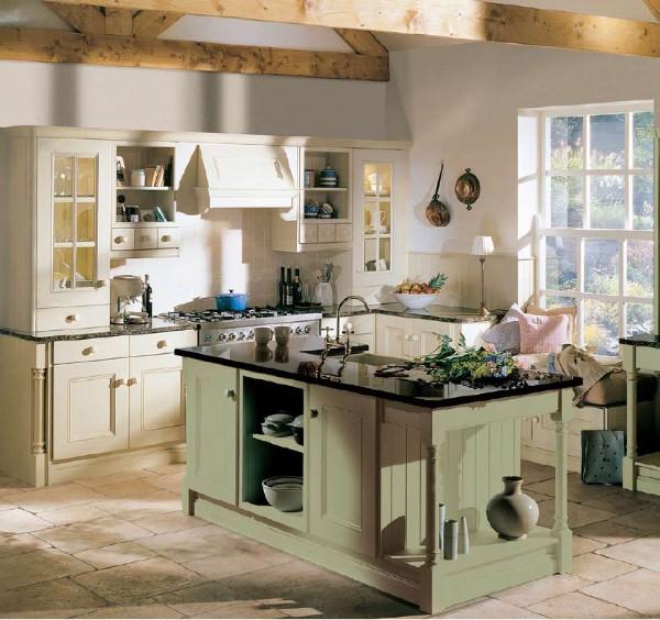 кухня во французском стиле оливковый стол остров и балки