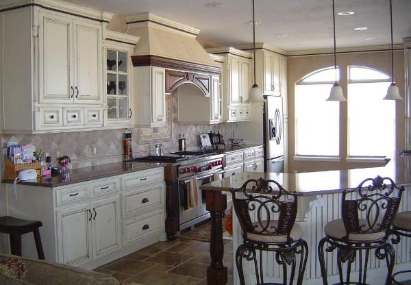 кухня во французском стиле с барной стойкой