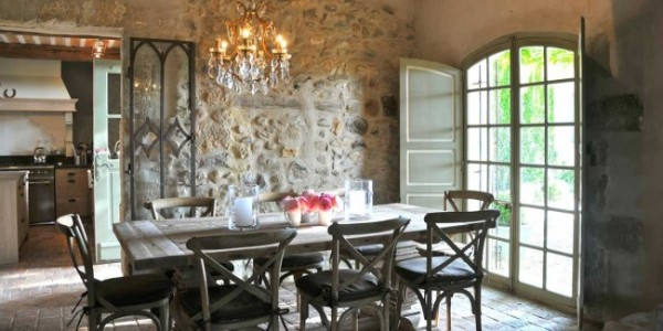 кухня во французском стиле стена из камня