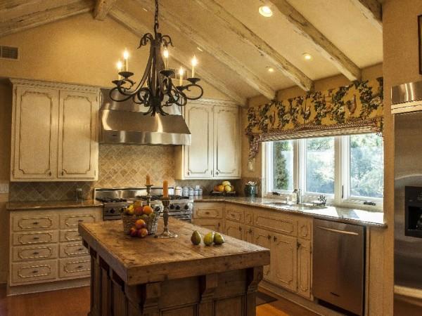 кухня во французском стиле в мансарде