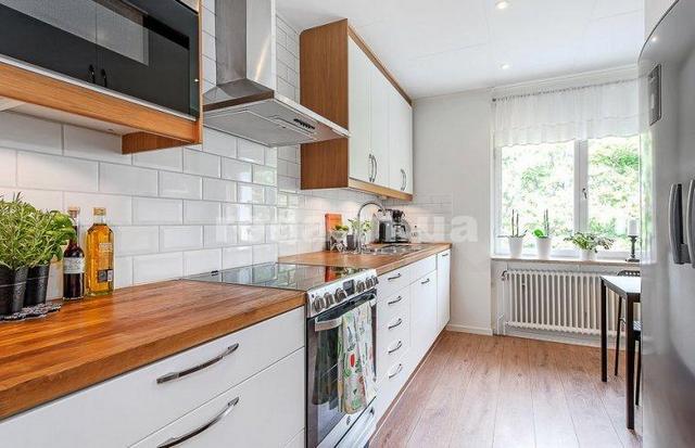 маленькая кухня в скандинавском стиле с деревом