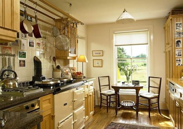 небольшая золотисто-бежевая кухня во французском стиле