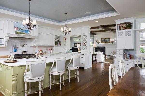 просторная кухня во французском стиле светлые оттенки