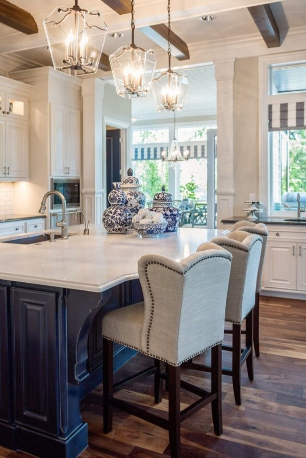 просторная современная кухня сине-белого цвета во французском стиле