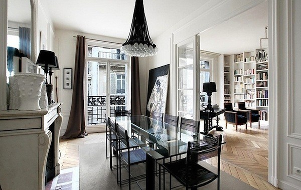 роскошная гостиная во французском стиле чёрный стол из стекла