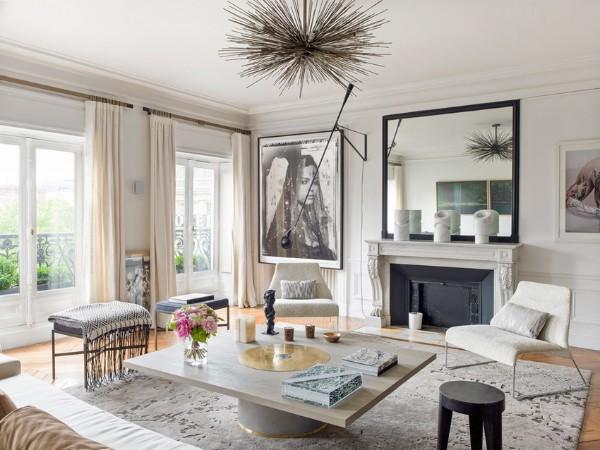 роскошная гостиная во французском стиле с большим зеркалом