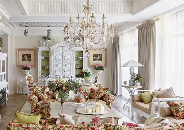 роскошная гостиная во французском стиле с ярким текстилем