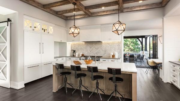 роскошная кухня с деревянными балками во французском стиле