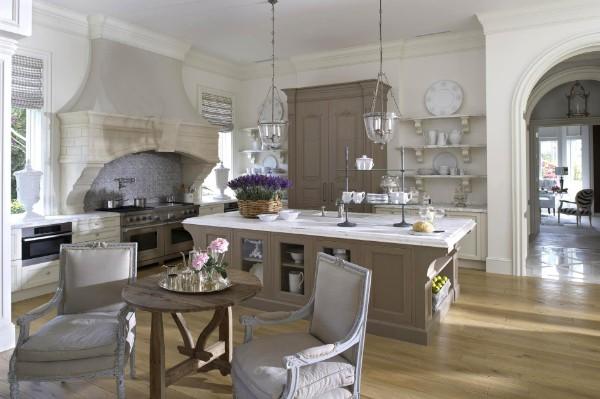 шикарная просторная кухня во французском стиле классика в шоколадных тонах