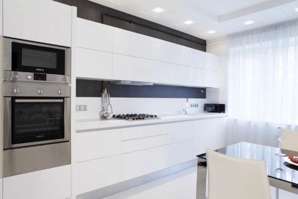 стерильно-белый минималистический интерьер кухни