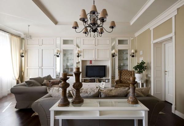 светлая гостиная во французском стиле с серой мебелью