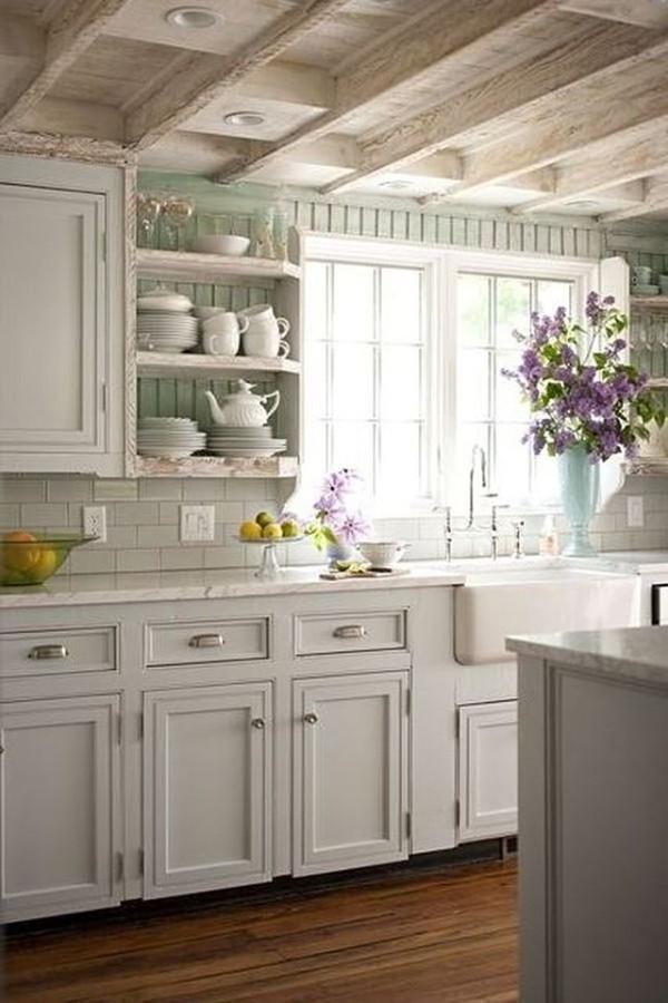 светло-серая кухня во французском стиле с открытыми полками