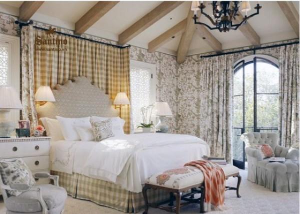 уютная спальня с деревянными балками на потолке во французском стиле