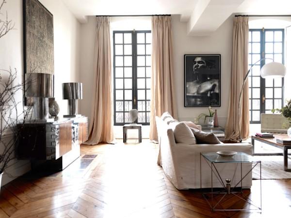 воздушная гостиная с большими окнами во французском стиле