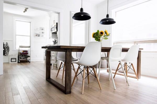 скандинавский стиль в интерьере гостиной грубый обеденный стол