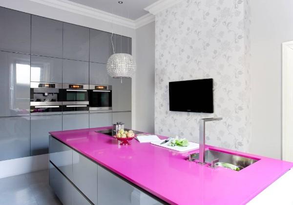современные белые обои для кухни с розовой столешницей