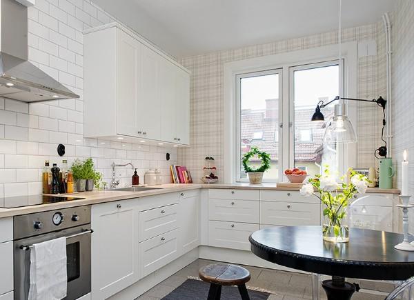 современные обои для кухни сочетание кафеля с нейтральной расцветкой