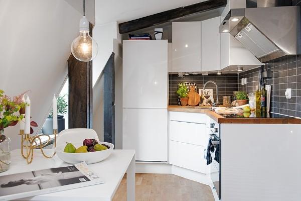 белая кухня в дизайне мансардного этажа