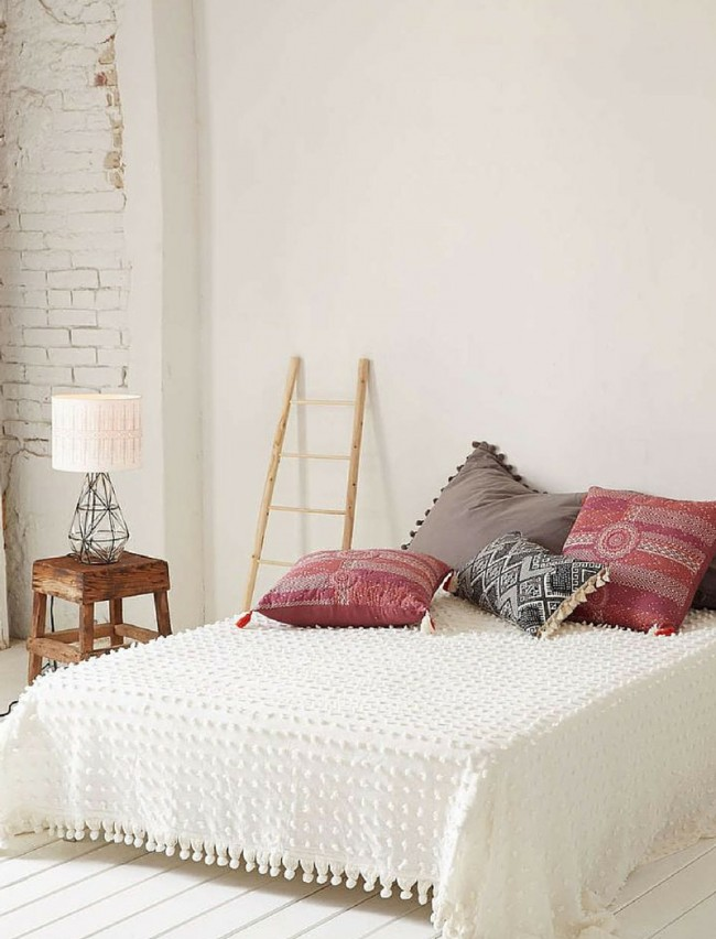 белое покрывало на кровать в спальню