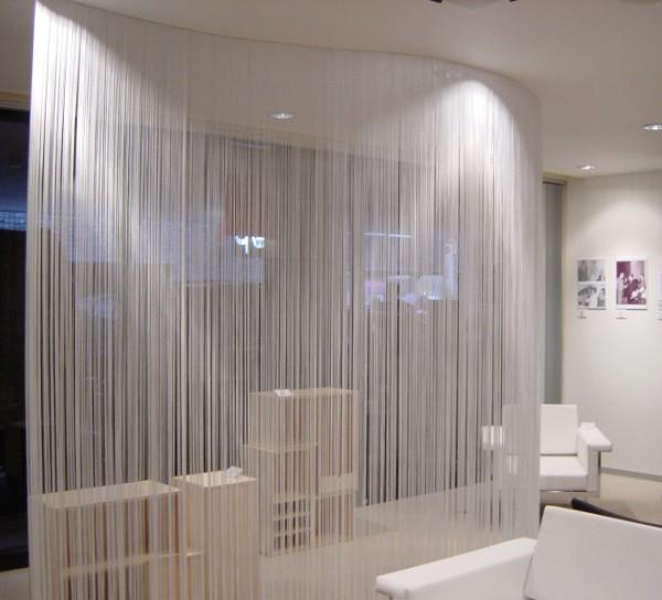 белые шторы нити в интеьере гостиной зонирование