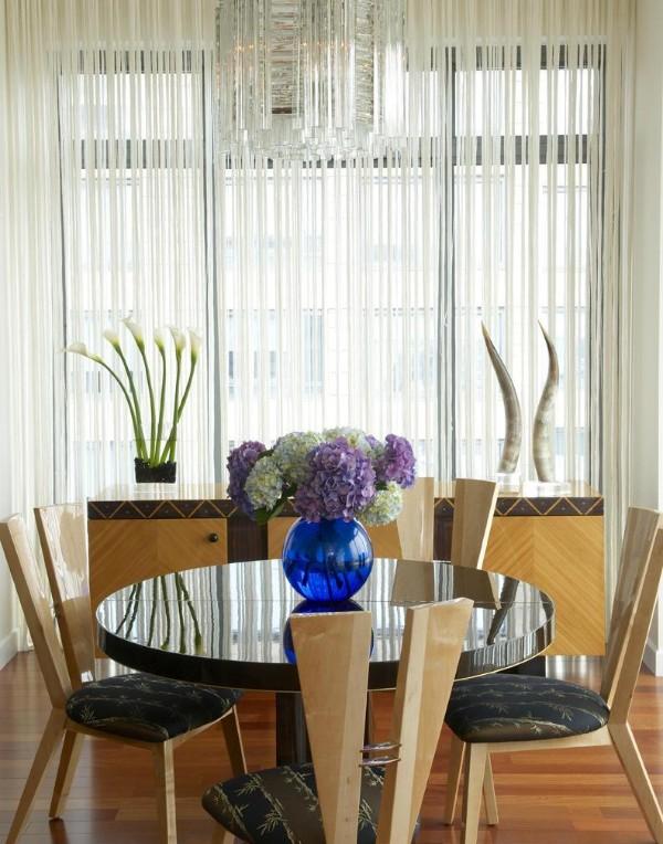 белые шторы нити в интерьере сочетание с напольным покрытием цвета дерева