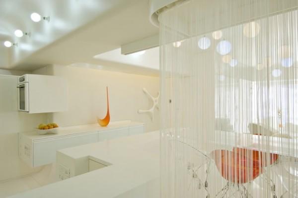 белые шторы нити в интерьере современной гостиной зонирование