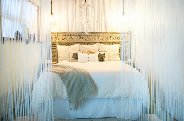 белые шторы нити в интерьер светлой спальни