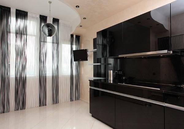 чёрно-белые шторы нити в интерьере современной кухни