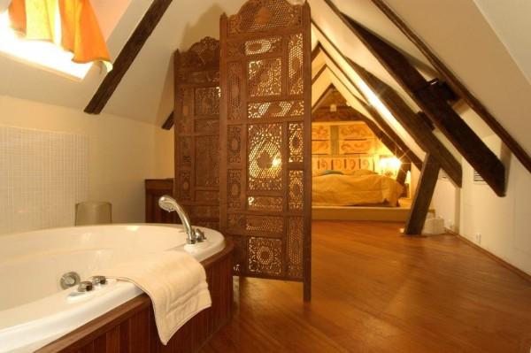 дизайн мансардного этажа бежевая ванна