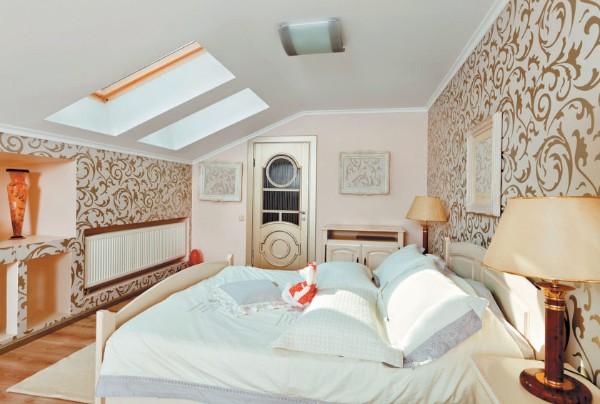 дизайн мансардного этажа спальня в молочно-розовых тонах