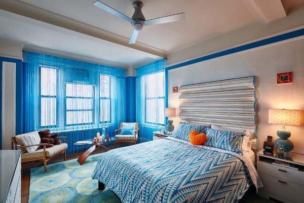 голубые шторы нити в интерьере спальни