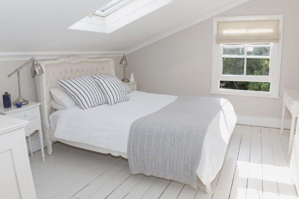 интерьер спальни серо-белый дизайн мансардного этажа