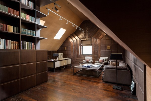 коричневая гостиная в дизайне мансардного этажа
