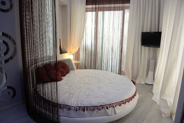 коричневые шторы нити в интерьере спальни фото