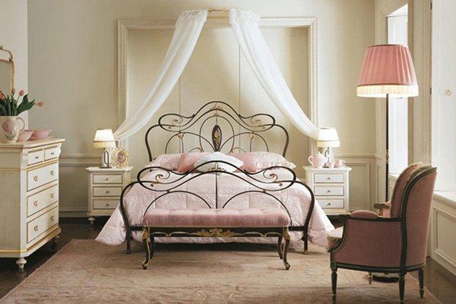 кованные кровати в интерьере спальни
