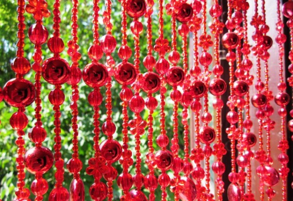 красные шторы нити с бусинами в интерьере