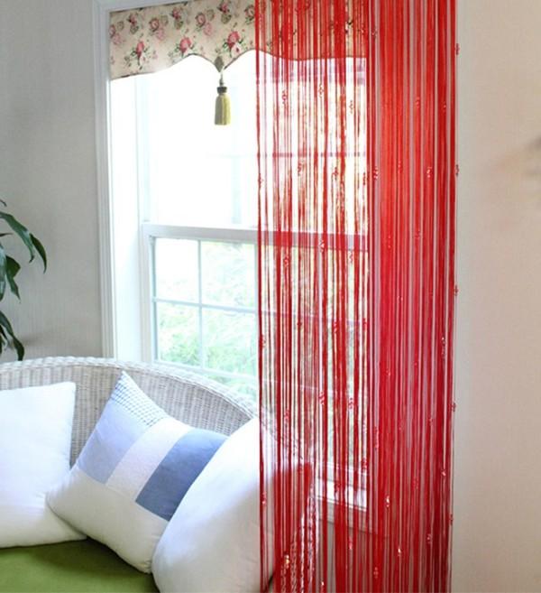 красные шторы нити с камушками в интерьере