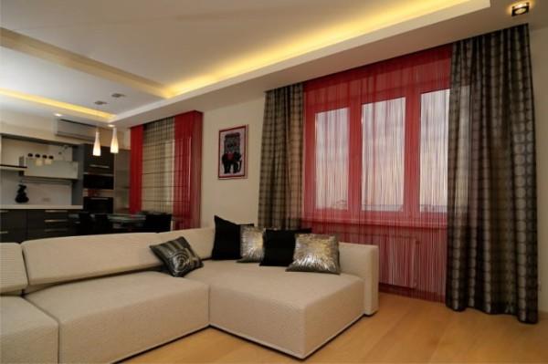 красные шторы нити с коричневыми портьерами в интерьере