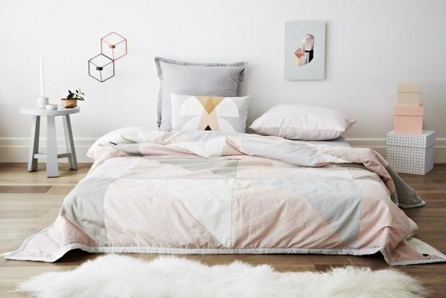 кровать в спальне скандинавского стиля бескаркасная