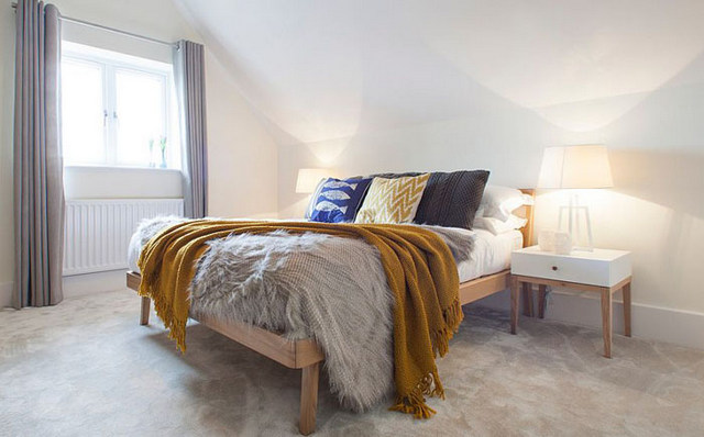 кровать в спальне скандинавского стиля фото